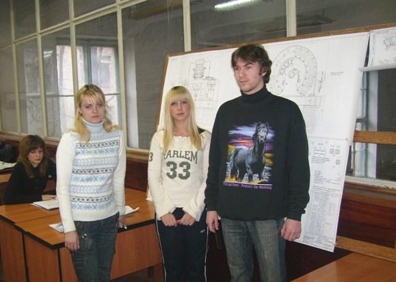 Бригада студентів захищає свій проект синхронного генератора на змаганні по ігровому проектування