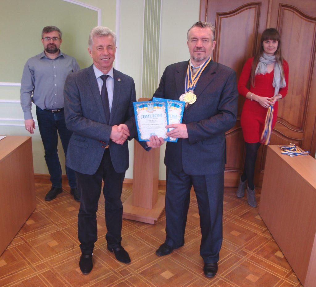 Дипломы и серебряную и золотые медали для всех наших студентов получает от ректора КрНУ имени Михаила Остроградского руководитель делегации