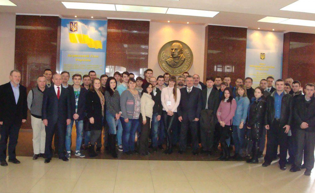 Памятная фотография студентов и преподавателей - членов отраслевой конкурсной комиссии, приехали в Кременчуг из многих мест Украины