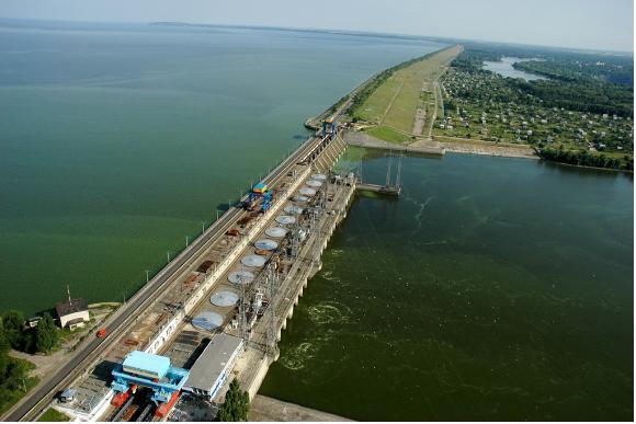 Кеменчугская ГЭС в другом ракурсе – можно посчитать 12 гидрогенераторов, производящих электроэнергию