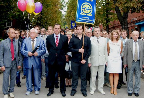 Колонна электромашиностроительного факультета на торжественном посвящении в студенты: на марше