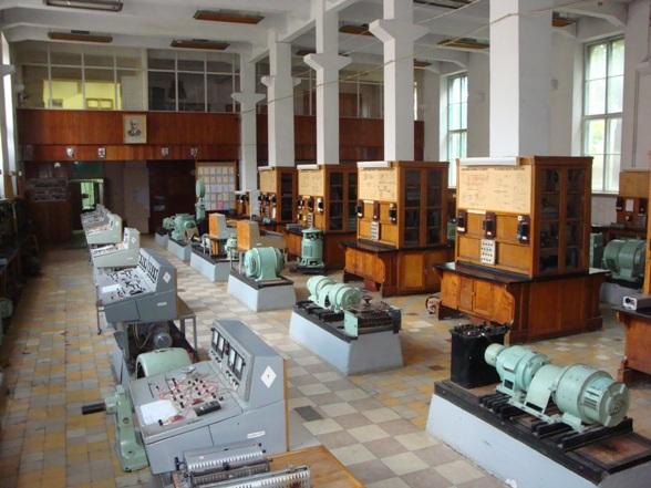 Общий вид на весь большой лабораторный зал с его левой стороны и на второй этаж кафедры