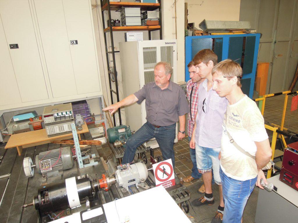 Стенд электрических машин в лабораторном практикуме Чешского технического университета. (На фото слева направо: Карл, Плюгин В.Е., Масленников А.М., Дунев А.А.)