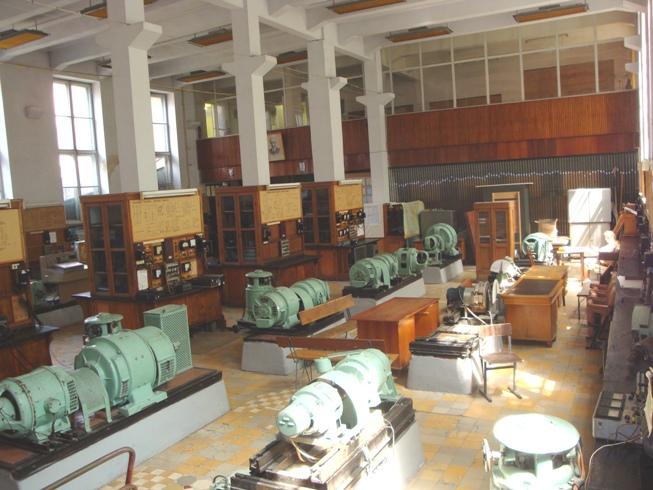 Правый пролет большого лабораторного зала с видом на второй этаж