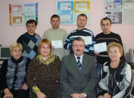 Представители группы сотрудников Мариупольского меткомбината с дипломами о повышении квалификации, с преподавателями кафедры электрических машин