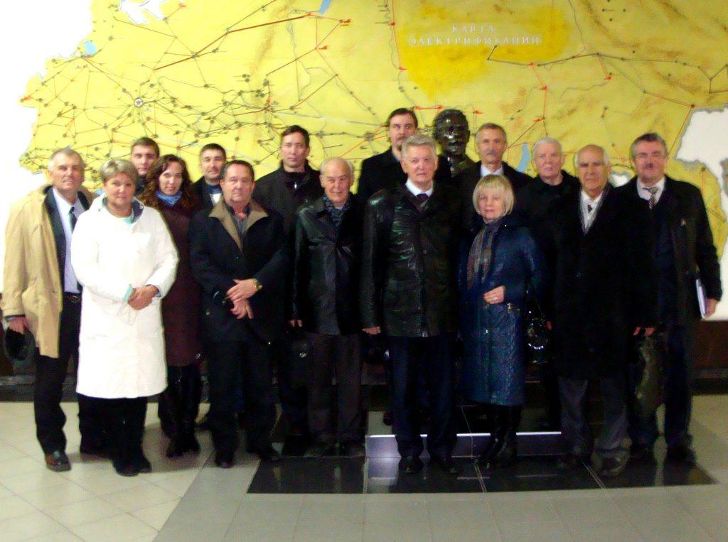 Группа участников симпозиума у бюста выдающемуся электротехнику, первому заведующему кафедры электрических машин НТУ «ХПИ» П.П. Копняева