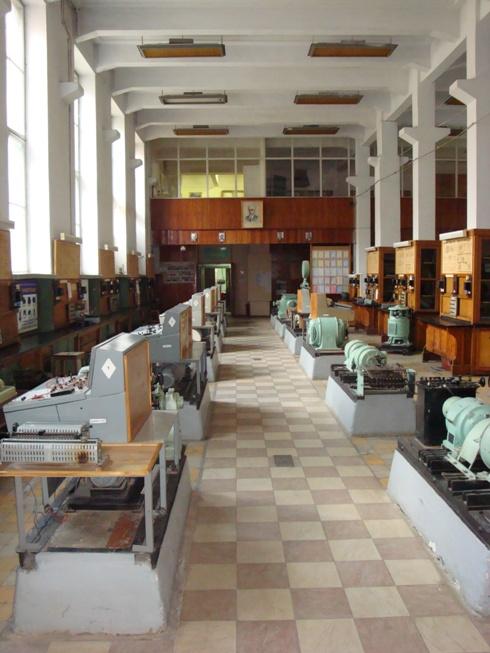Центральная дорожка по большой лаборатории кафедры электрических машин – к ее аудиториям и служебным помещениям