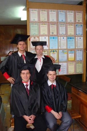 Так виглядають магістри перед врученням диплома. А на планшеті з двох сторін заслуги їх та інших студентів кафедри