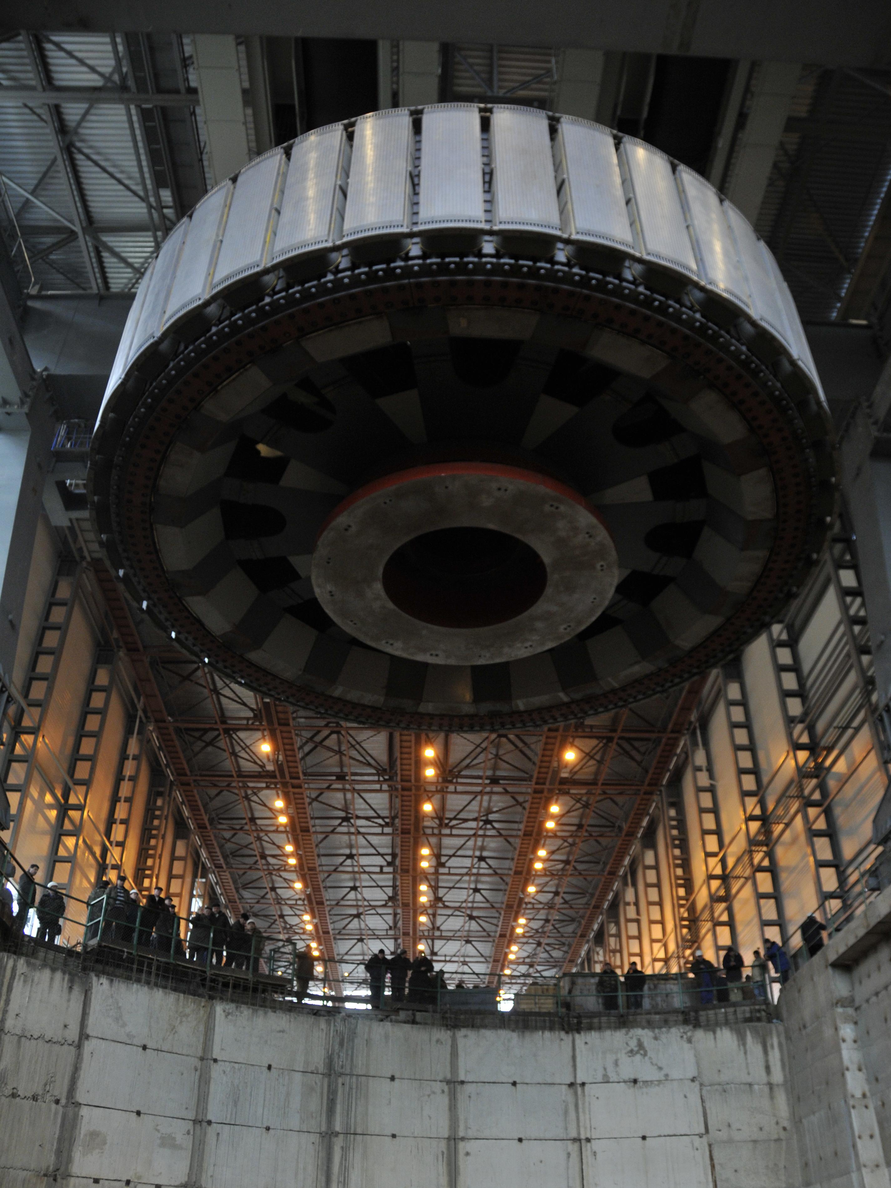 Установка ротора гидрогенератора на электростанции