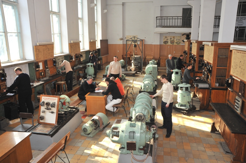 Великий зал кафедри - електромашинна лабораторія, де проводяться лабораторні роботи по ряду навчальних дисциплін
