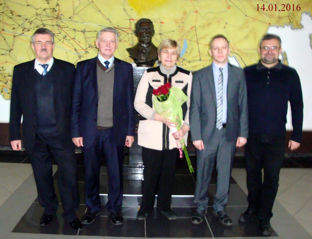 Ну и фотография на память: впереди победитель и причастные лица, позади покровитель – основатель и первый заведующий кафедрой электрических машин, он же – отец электротехники НТУ «ХПИ» и всей Украины.