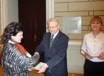 Ректор университета вручает Павленко Т.П. диплом доктора технических наук на большом ученом совете НТУ «ХПИ»