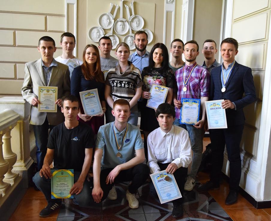 Студенты-победители в ректорском корпусе НТУ «ХПИ» после награждения на ученого совете университета.