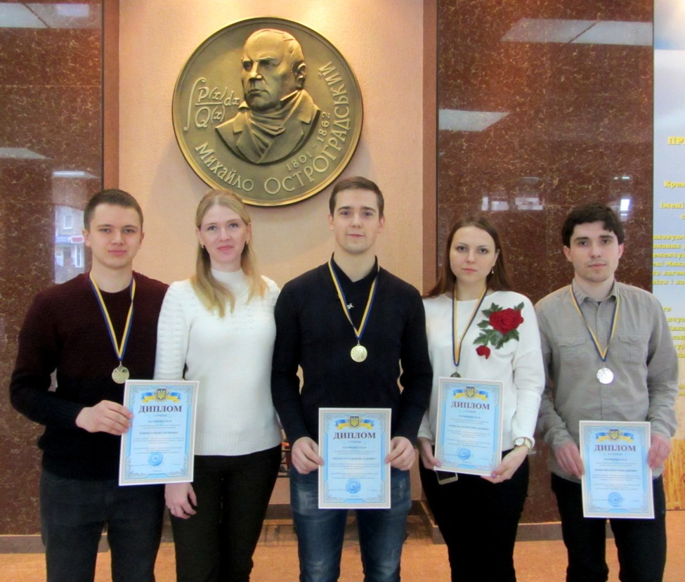 Команда кафедры электрических машин НТУ «ХПИ» в барельефа Михаила Остроградского