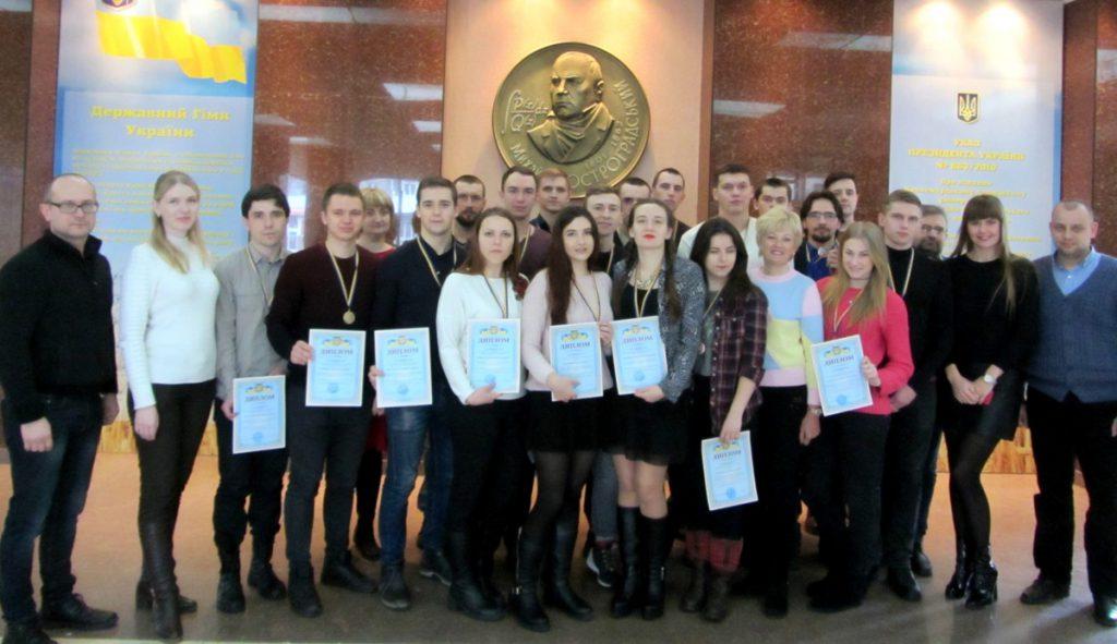 Дружное фото студентов-победителей вместе с их руководителями и организаторами конкурса - представителями КрНУ