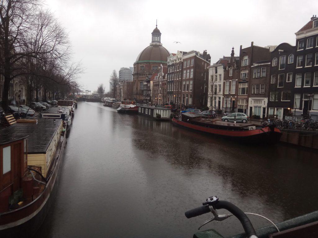 Один з численних каналів м.Амстердам