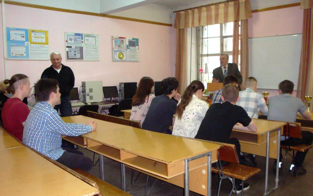 Заведующий кафедрой открывает торжественное собрание