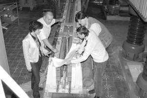 Омельяненко В.И., Якунин Д.И., Найдина Н.В. и Макаренко Ю.В. обсуждают эксперимент на электромагнитной катапульте