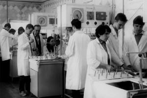 Доц. В. Г. Новіков і ст. лаб. А. М. Сичьова проводять лабораторні заняття (1986)