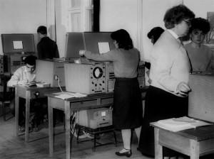 Доц. Є. І. Орлова проводить лабора-торні заняття на АОМ (1979)