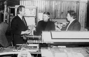 Доц. Л. Л. Товажнянський., ст. інженери М. С. Чусь і В. П. Задорожний за обгово-ренням результатів експерименту (1979)
