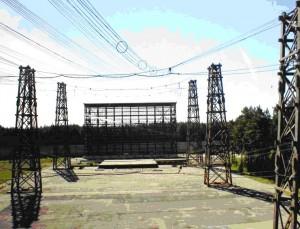 Рис. 3. Внешний вид отечественной крупногабаритной высоковольтной испытательной электрофизической установки ГИНТ-12-30 (фото 2008 г., характеристики генерируемых электромагнитных полей этой уникальной установкой указаны в прилагаемой табл. 1)
