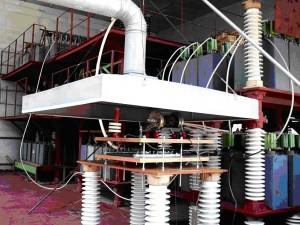 Рис. 8. Внешний вид мощного генератора тока искусственной молнии ГТМ (на переднем плане находится рабочий стол с высоковольтным воздушным разрядником, испытываемым образцом алюминиевой обшивки летательного аппарата и системой воздушной вытяжки, а на заднем плане – генераторы ГИТ-А, ГИТ-D, ГИТ-B, ГИТ-С и ГИТ-C*, фото 2008 года)