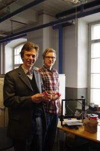 Профессор кафедры ППУСС Мороз В.М. во время демонстрации студентом University of Tamperе результатов выполнения практического задания на 3D принтере (08.04.2015)