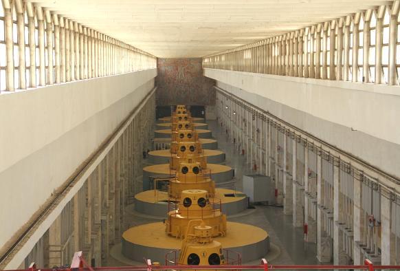 Гидрогенераторы в машинном зале ГЭС, хотя, конечно, видна только их «зонтичная подвеска»