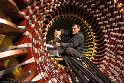 Процесс сборки статора крупного турбогенератора