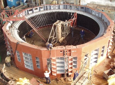 Статор великого гідрогенератора в процесі складання на заводі-виробнику