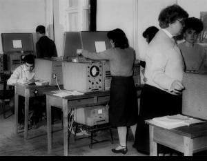 Доцент Є. І. Орлова проводить лабораторні заняття на АОМ (1979)