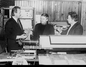 Доцент Л. Л. Товажнянський та старші інженери М. С. Чусь і В. П. Задорожний за обговоренням результатів досліду (1979)