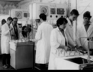 Доцент В. Г. Новіков та старший лаборант А. М. Сичова проводять лабораторні заняття (1986)