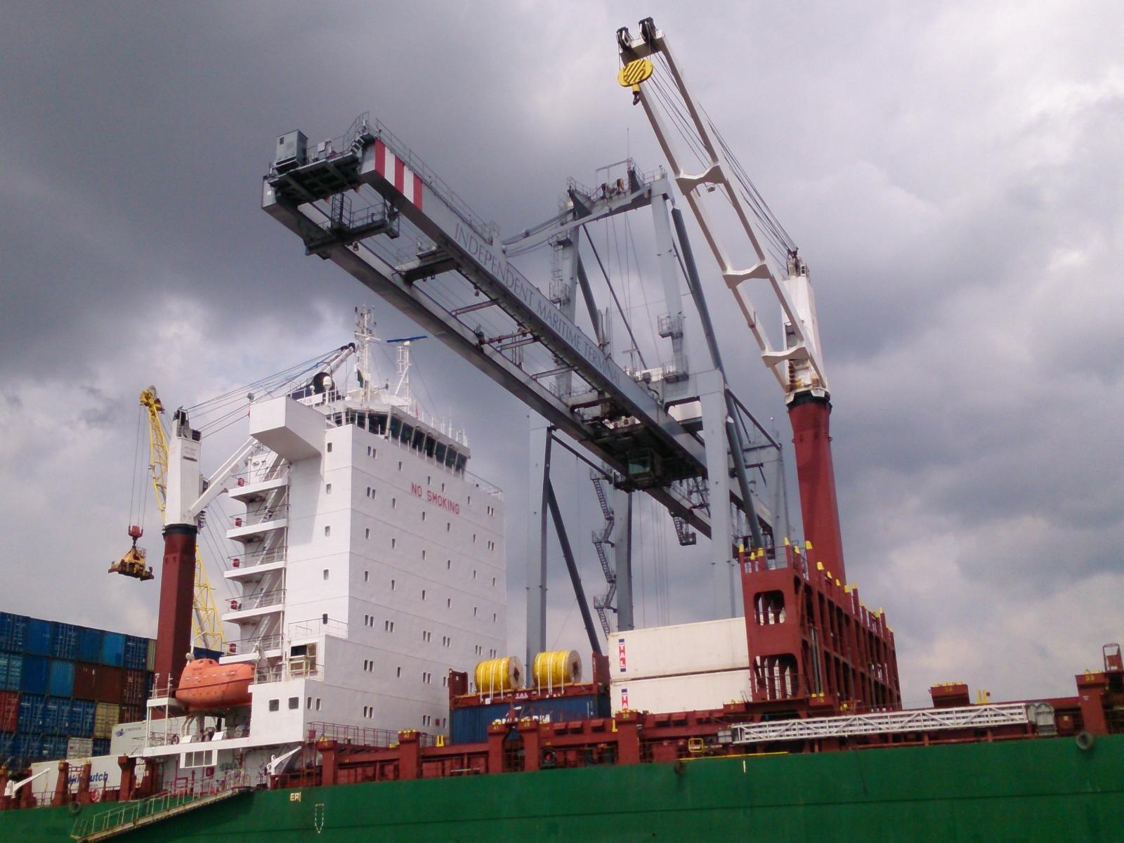 Портовой контейнерный перегружатель
