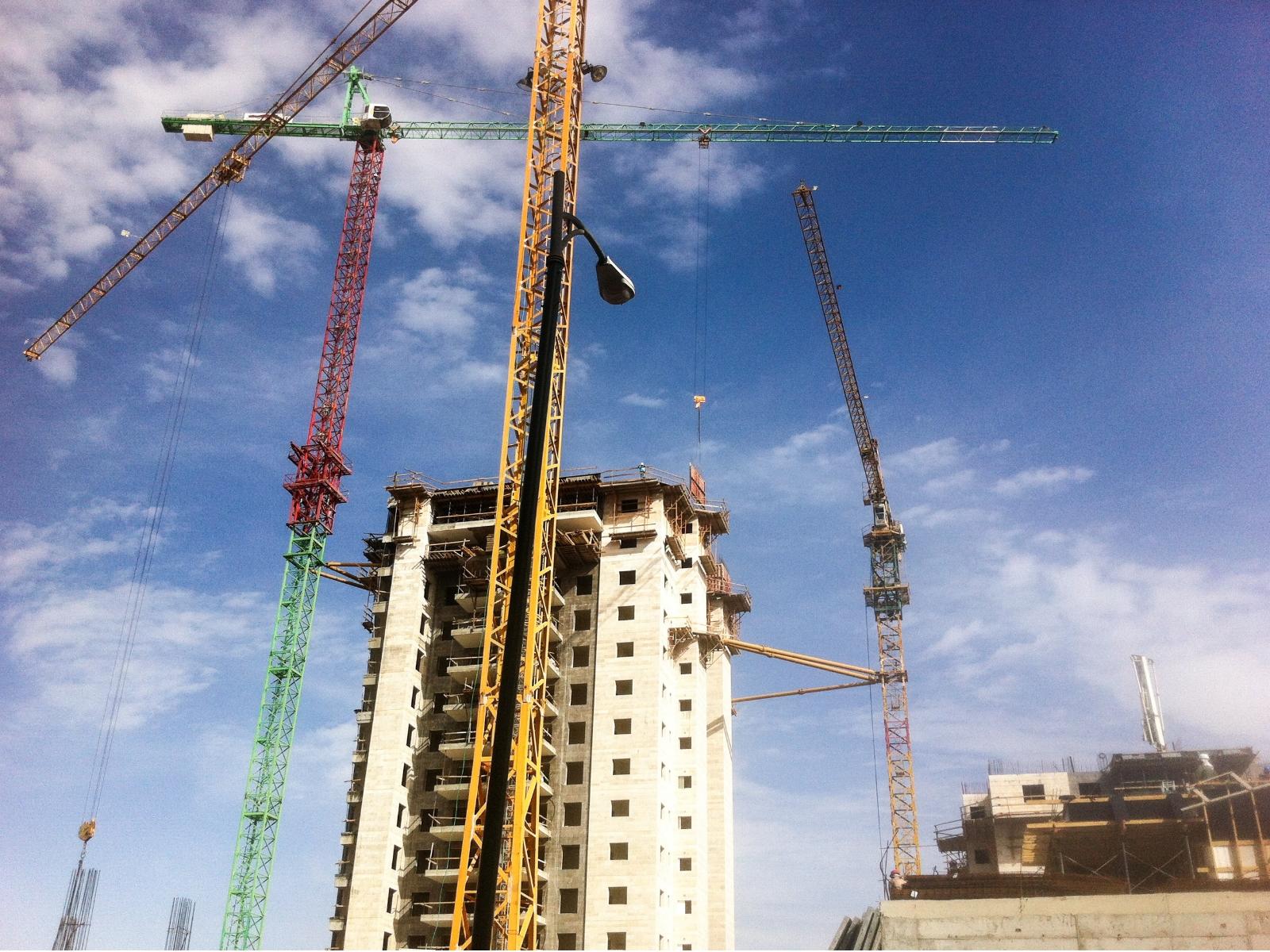 Башенные краны при строительстве многоэтажного дома