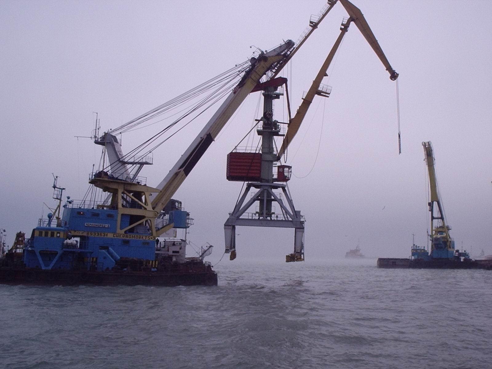 Перебазирование портального крана плавучим краном без демонтажа